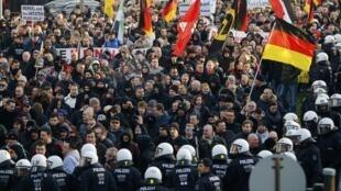 Des partisans du mouvement anti-immigration Pegida manifestent à Cologne, le 9 janvier 2016.