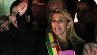 玻利維亞臨時總統珍妮娜·埃涅茲Jeine Añez進入總統府後展示聖經2019-11-13日