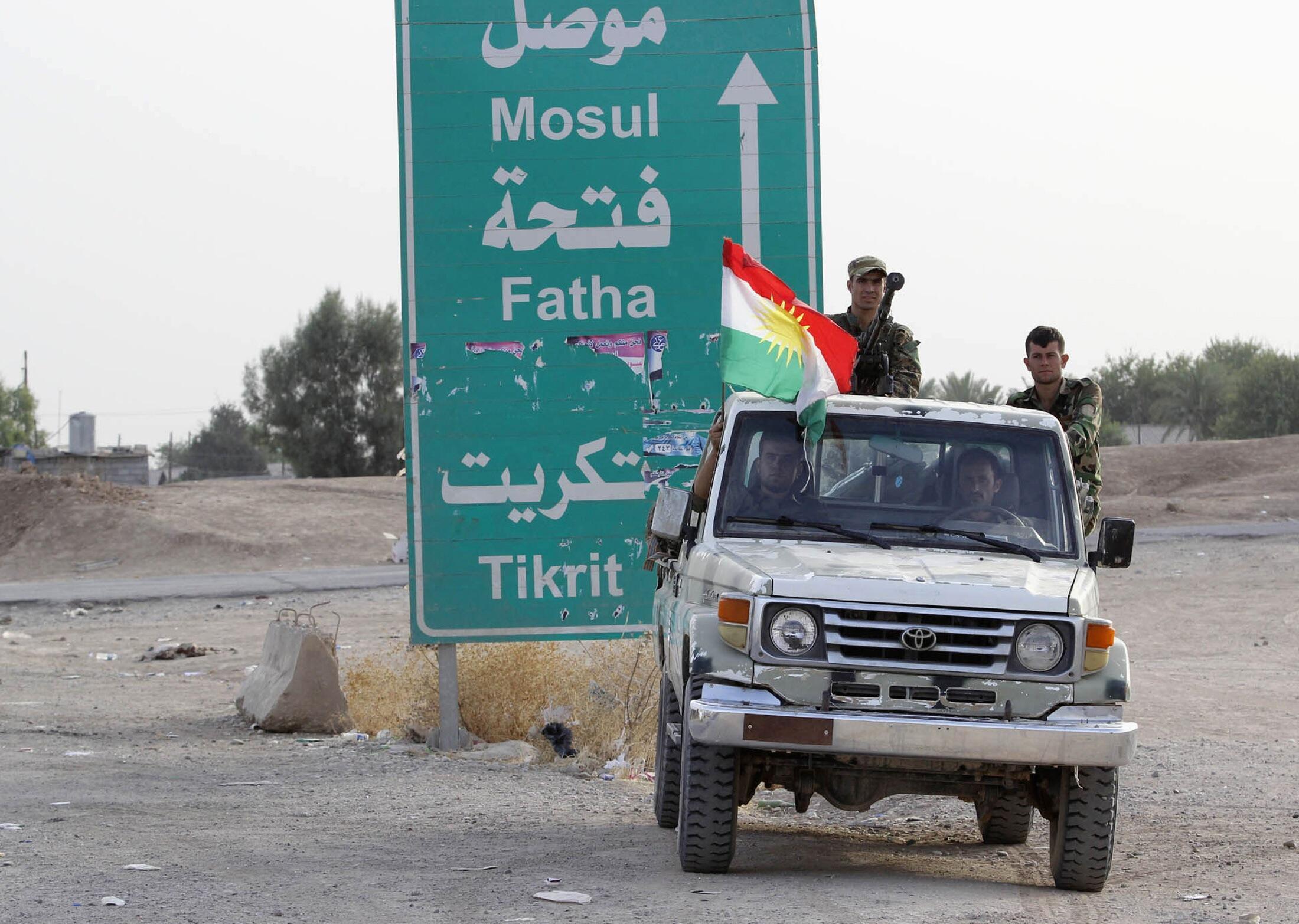 Члены курдских военных подразделений в пригороде города Киркука, Ирак, 12 июня 2014 г.