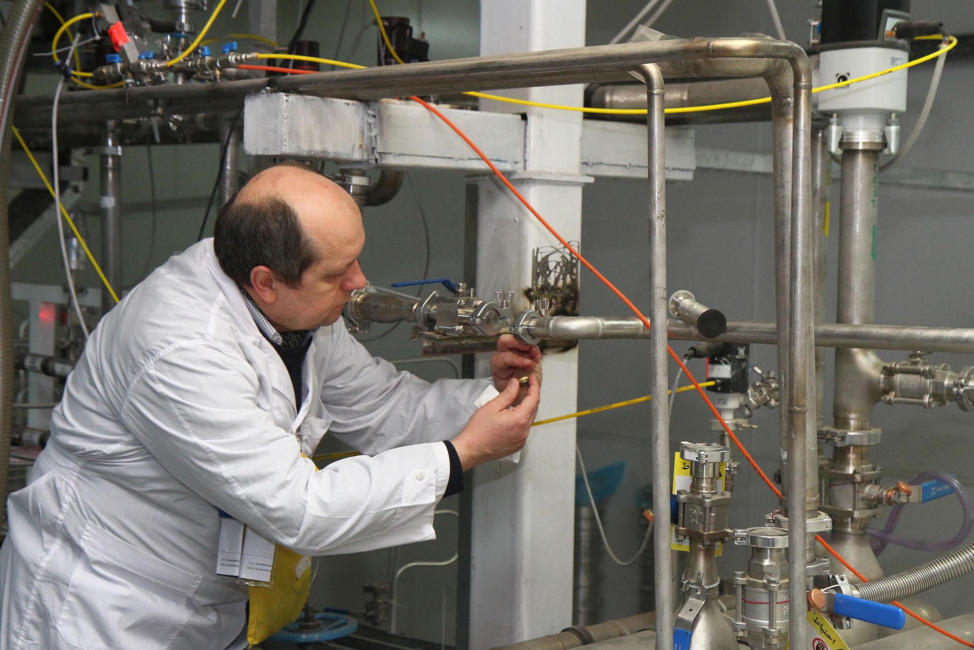 Foto de archivo que muestra a un inspector del OIEA en el complejo nuclear de Natanz (Irán), el 20 de enero de 2014