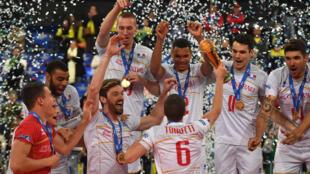 Seleção da França comemora conquista da Liga Mundial de Vôlei contra o Brasil.