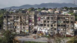 """Foto """"Copacabana Palace"""", sobre a crise de habitação no Rio de Janeiro, do fotojornalista Peter Bauza, exposta no Festival fotojornalismo de Perpignan, França."""