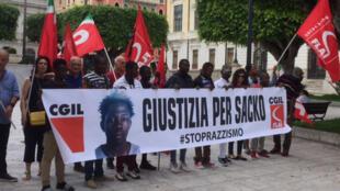Les migrants manifestent pour que justice soit rendue après le meurtre d'un des leurs, Sacko, un Malien de 29 ans.