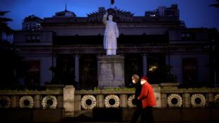 武漢到4月3日就要完全解封了,這是武漢一條街道上豎立的毛澤東雕像。