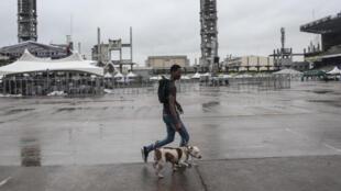 Un homme promène son chien au Tafawa Balewa Square à Lagos, le 20 mai 2017.