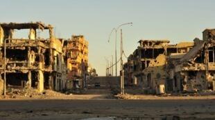 Mitaa ya mji wa Sirte inavyoonekana hivi sasa baada ya mashambulizi ya NATO na waasi wa NTC