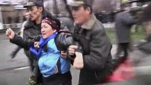 Милиция задерживает митингующих в Бишкеке.