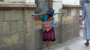 Niña indígena en una calle de Sucre.