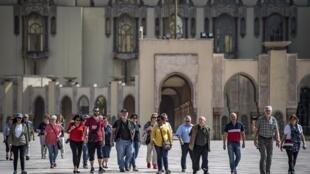Des touristes visitent la Grande Mosquée Hassan II à Casablanca, au Maroc, le 12 mars 2020, quelques jours avant la suspension des vols entre la France et le Maroc. Le 20 mars, Rabat a décrété l'état d'urgence sanitaire.