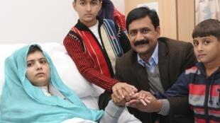 A adolescente Malala Yousufzai se recupera no hospital Rainha Elizabeth, em Birmingham, em companhia de sua família.