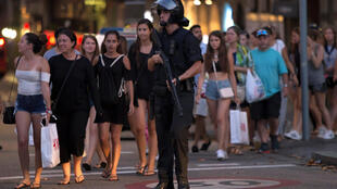 Policías evacuando la zona de las Ramblas, en Barcelona.