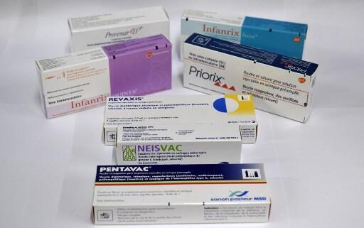 Caixas das vacinas Priorix, Neisvac, Revaxis, Pentavac, Infanrix e Prevenar 13 da Sanofi Pateur, farmacêutica Pfizer e empresas Glaxo Smith Kline (GSK).