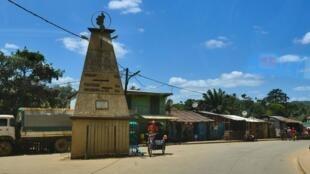 Sur la RN25, stèle indiquant les directions pour aller à Mananjary ou partir vers Manakara.