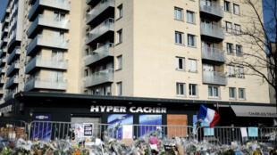 Des fleurs devant l'Hyper Cacher, le 23 janvier 2015, quelques jours après l'attaque.