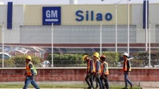 Trabajadores de General Motors afuera de la fábrica de Silao, México, el 1 de octubre de 2019.