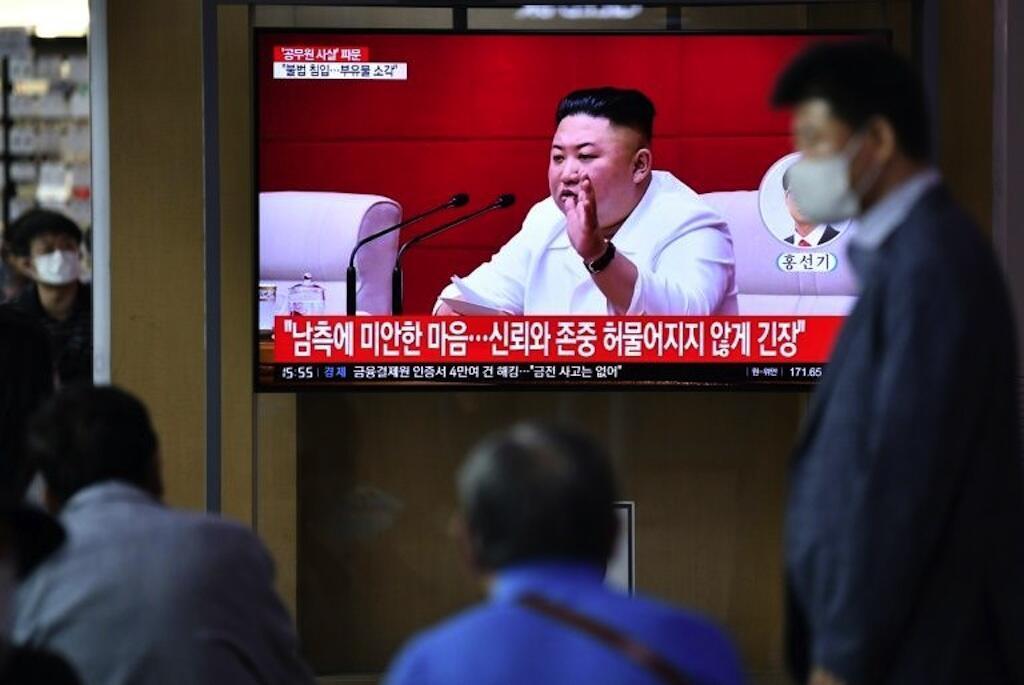 Wakorea Kusini wakitazama picha za kiongozi wa Korea Kaskazini Kim Jong Un kwenye kwenye televisheni katika kituo cha treni cha Seoul Septemba 25, 2020.