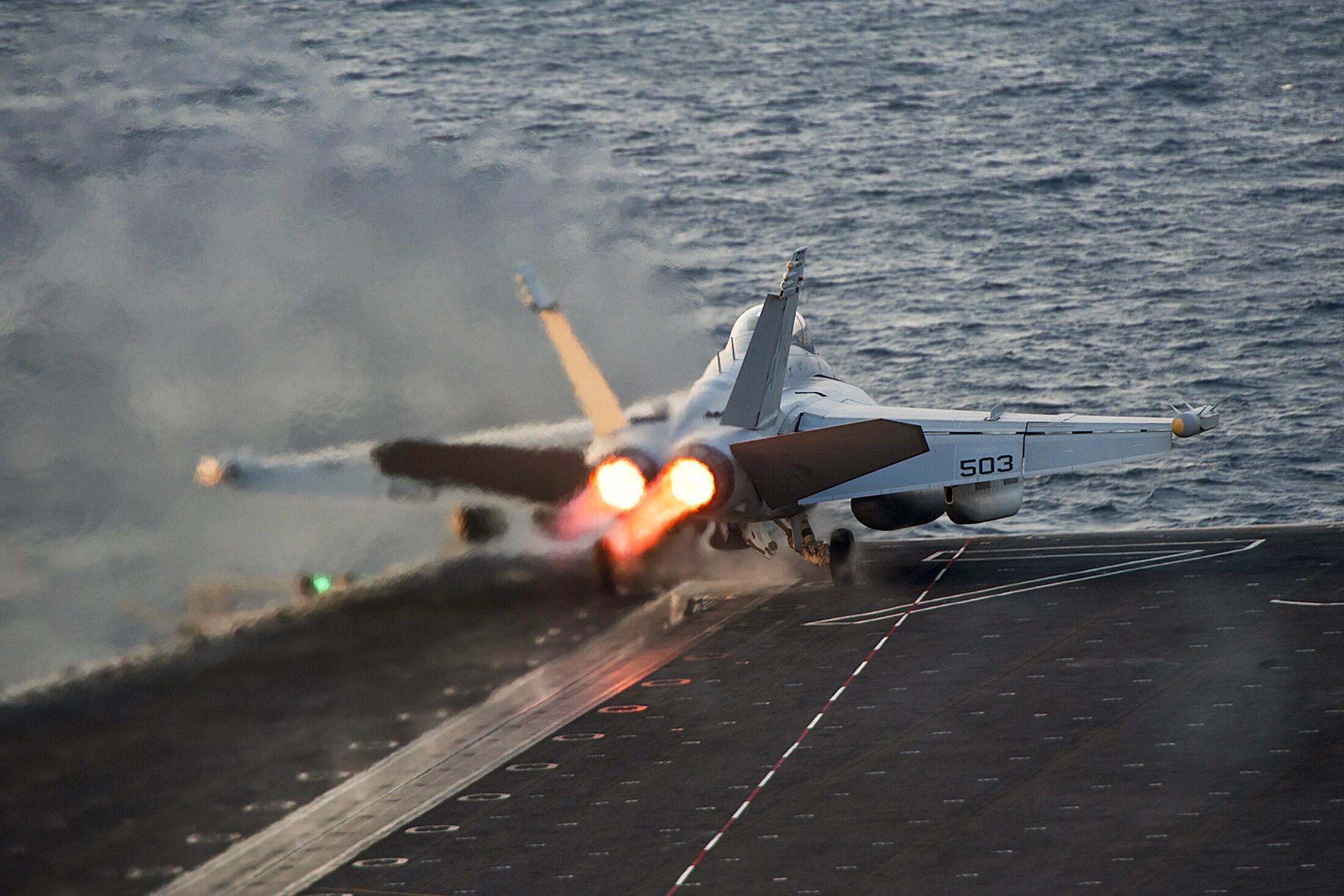 Tàu sân bay Carl Vinson đậu trong vùng Vịnh, căn cứ xuất phát các cuộc không kích của Mỹ nhằm vào tổ chức Nhà nước Hồi giáo tại Syria và Irak.