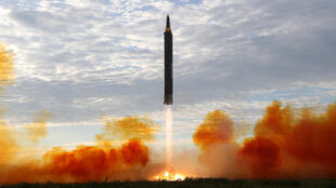 Ảnh minh họa: Tên lửa Bắc Triều Tiên Hwasong-12. Ảnh KCNA công bố ngày 16/09/2017.