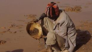 Un chercheur d'or au Burkina Faso, dans la province du Yatenga.
