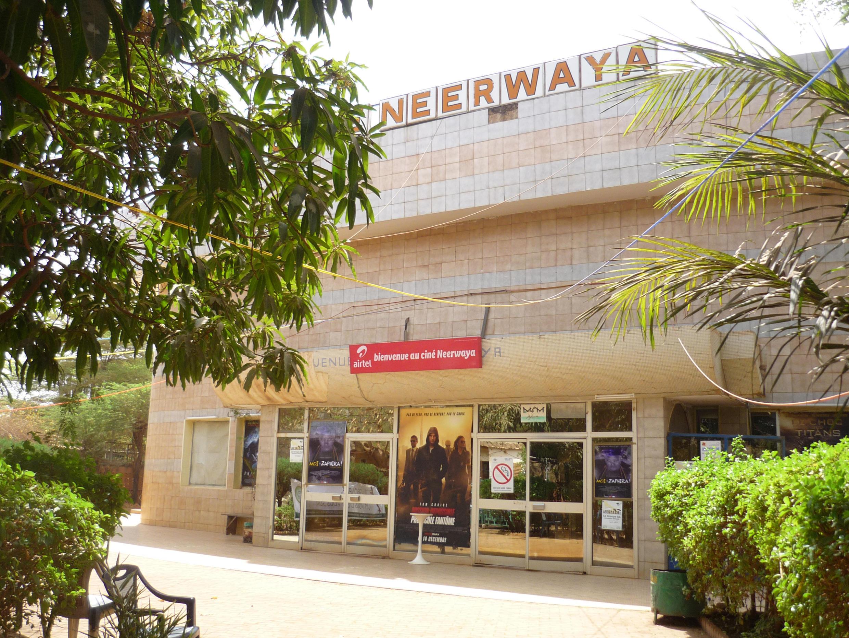 Le ciné Neerwaya, une des trois salles de cinéma à Ouagadougou où sont projetés les films de compétition au plus grand festival panafricain cinématographique Fespaco.
