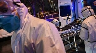 Des médecins en combinaison étanche, le 25 janvier, dans l'hôpital de la Croix-Rouge à Wuhan.