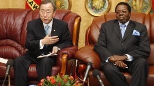 Malawi's President Bingu wa Mutharika (R) meets UN Secretary General Ban Ki-moon for the pardoning of a gay couple