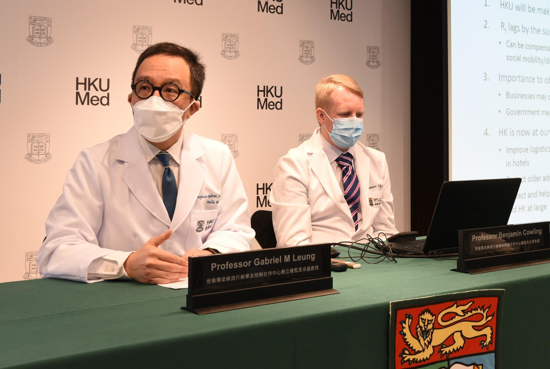 梁卓伟教授(图左)指香港疫情進入最危险时期