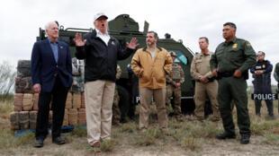 دونالد ترامپ، رئیس جمهوری آمریکا، در مرز میان این کشور و مکزیک در کنار دو سناتور تگزاس، جان کورنین و تِد کروز و نیز ماموران مرزبانی و گمرک این کشور با روزنامه نگاران گفتگو میکند