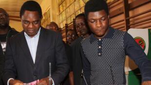 Kiongozi mkuu wa upinzani nchini Zambia Hakainde Hichilema akiambatana na mwanae Habwela Hakainde, kabla hajafungwa. (Picha ya zamanni).