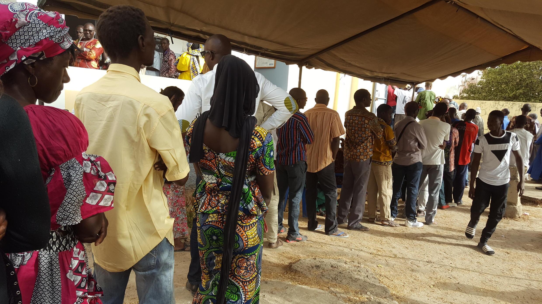 Des électeurs devant un bureau de vote installé dans le dispensaire Santia Ba, à Ziguinchor, au Sénégal, le 24 février 2019.