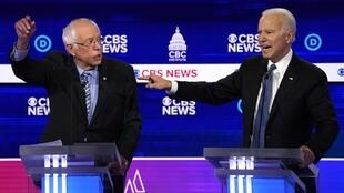 جو بایدن، نامزد میانه روی دموکرات (سمت راست) و برنی ساندرز رقیب چپ گرای او (سمت چپ) ـ ٢۵ فوریه ٢٠٢٠