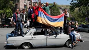Протестующие взобрались на крыши советских машин в центре Еревана. 26 апреля 2018 год.