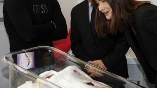 El presidente francés Nicolas Sarkozy y su esposa Carla Bruni-Sarkozy visitan una maternidad en Aviñón, el 21 de diciembre de 2010.