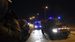 Unos furgones de los Mossos D'Esquadra llegan a la prisión de Brians, en Sant Esteve Sesrovires, cerca de Barcelona, el 1 de febrero de 2019