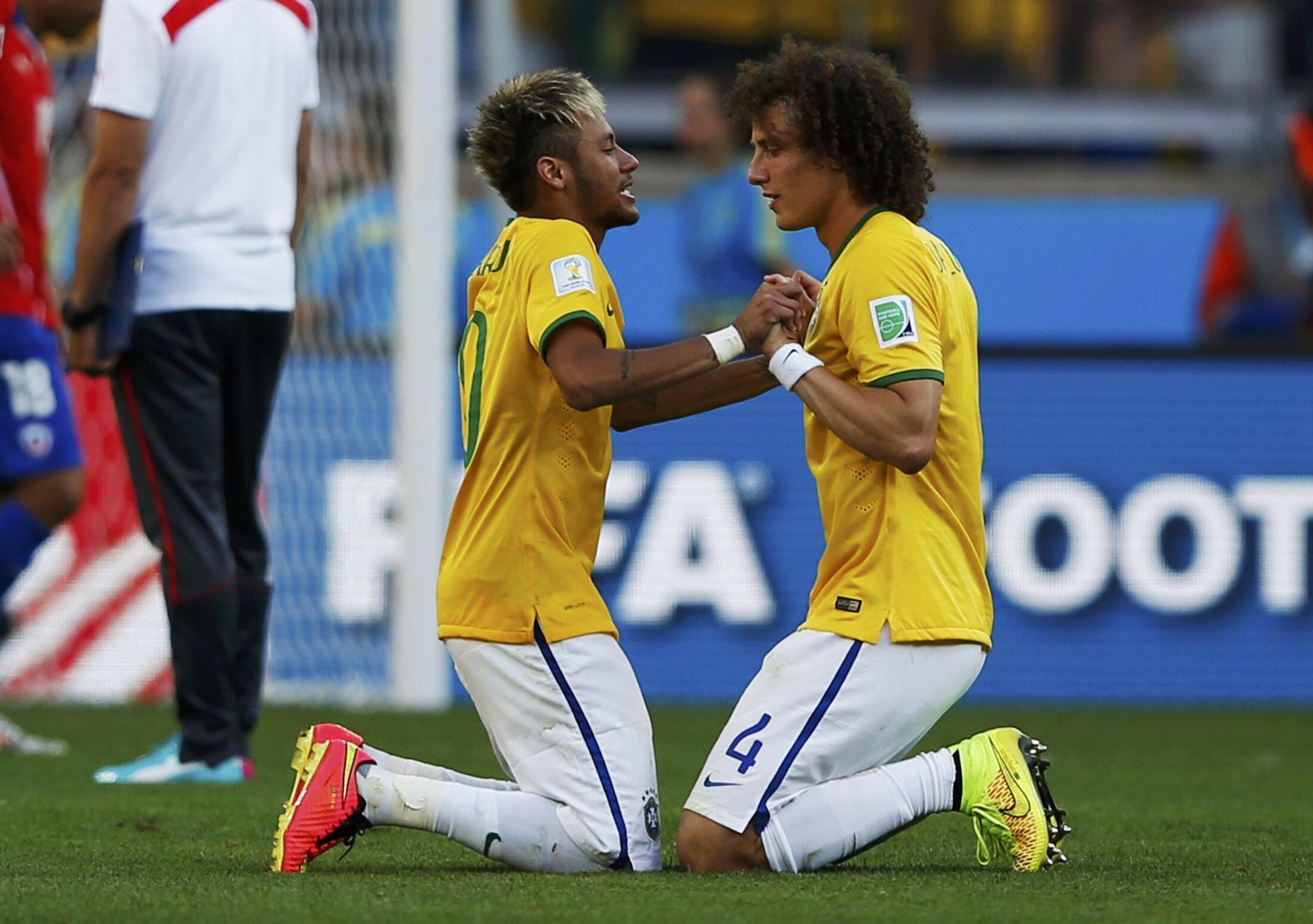 Os brasileitros David Luiz e Neymar após eliminação do Chile do Mundial 2014.