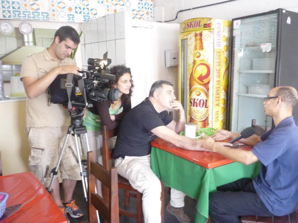 Da esq.para a dir., o videomaker Ricardo Costa, Isabela C.Salim e o jornalista Carlos Raleiras. Sentado, o brasileiro Rogério Rodrigues, beneficiário do programa de retorno.