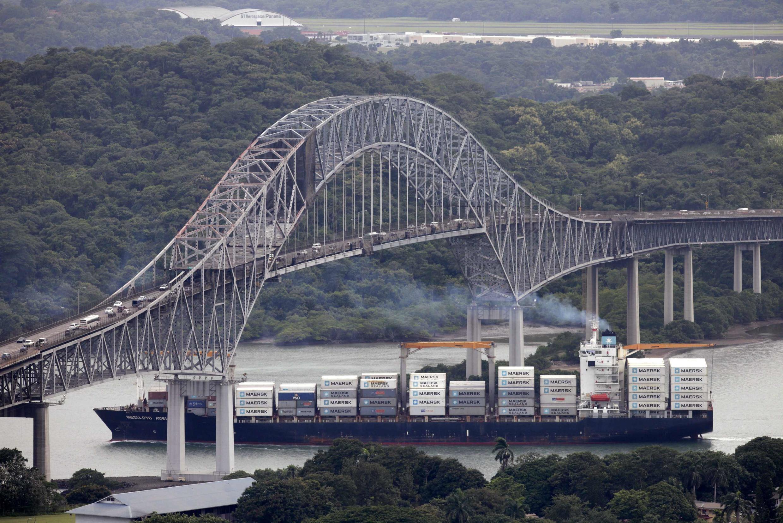 Un barco de carga pasa bajo el Puente de las Américas, en el canal de Panamá, el 14 de agosto de 2014.