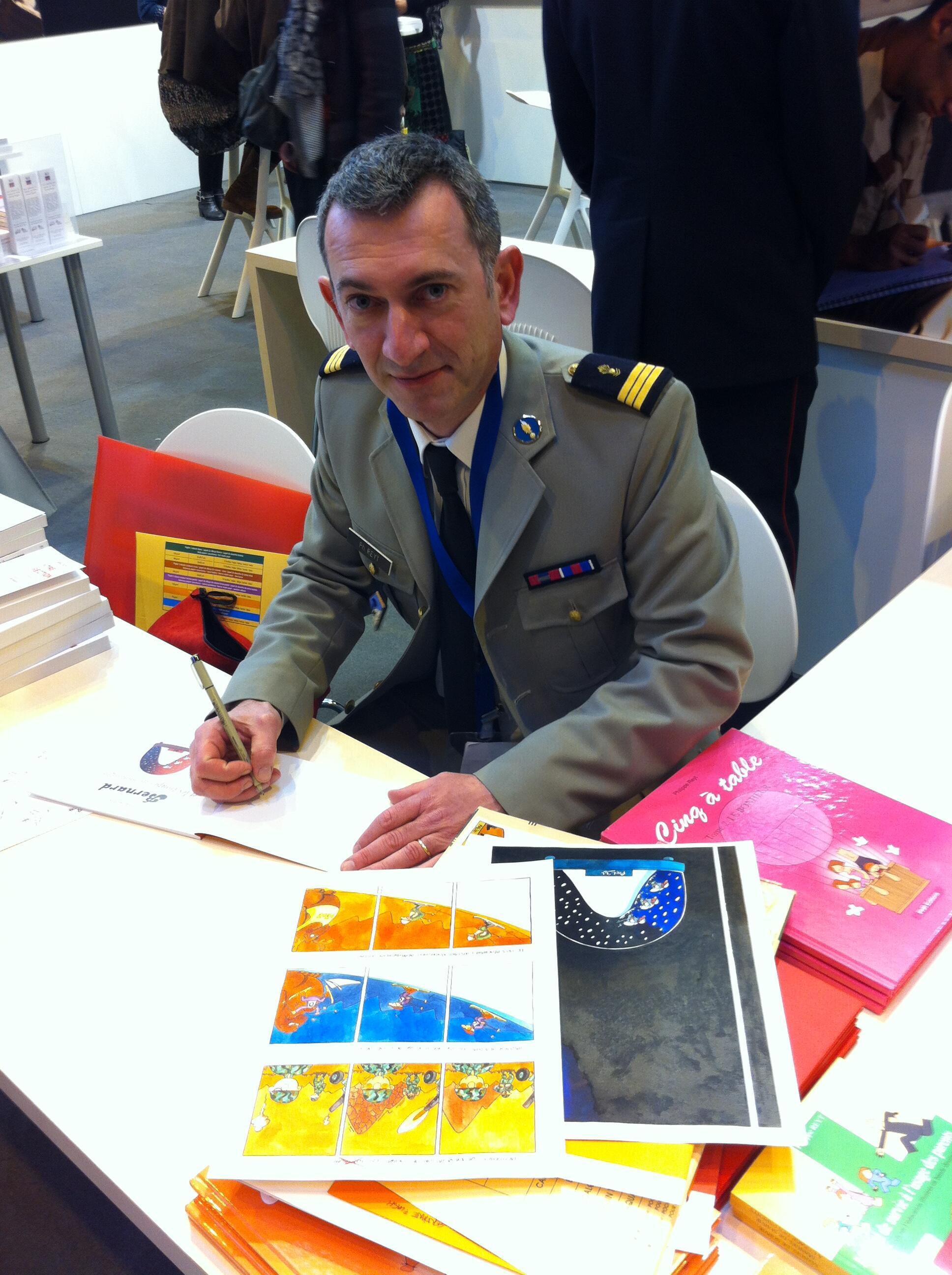Le Capitaine Philippe Reyt, auteur de bande dessinée, au Salon du livre à Paris.