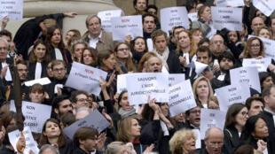 Адвокаты вышли на акцию простеста у Дворца правосудия против реформы системы доступа к юридической помощи малоимущих, Париж, 16 октября 2015 г.
