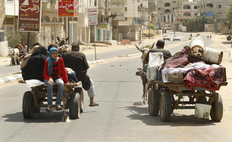 Palestinos abandonam suas casas.