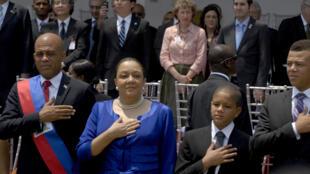 Le président haïtien Michel Martelly (G), son épouse Sophia et leurs enfants pendant la cérémonie d'investiture à Port-au-Prince, le 14 mai 2011.