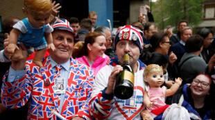 Admiradores da monarquia comemoram chegada de novo bebê real.