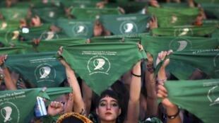 Les militantes féministes en Argentine arborant des foulards verts pour appuyer la légalisation de l'IVG