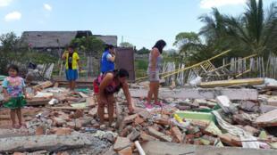 Un grupo de niñas y una asesora de Plan Internacional inspeccionan un terreno para construir un espacio amigable. Manabí, abril de 2016.