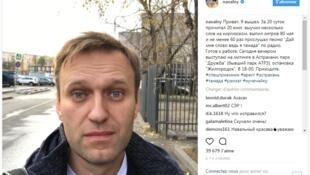 Alexei Navalny postou esta imagem nas redes sociais logo após deixar a prisão, neste domingo (22).