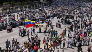 Wafuasi wa kiongozi wa upinzani Juan Guaido, aliyejitangaza rais wa mpito wa Venezuela wakati wa maandamano hjijini Caracas, Februari 23, 2019.