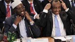 Des membres du gouvernement de transition d'Abdiweli Mohamed Ali sont soupçonnés de corruption (ici, à droite, en compagnie du président Sheikh Sharif Ahmed à Londres en février 2012).