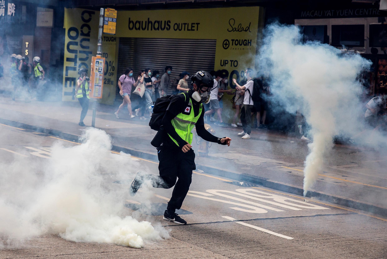 La policía lanza gases lacrimógenos durante una protesta contra la nueva ley de seguridad de Hong Kong el 24 de mayo de 2020