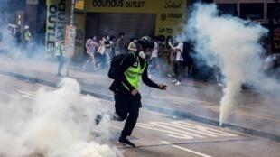 Polícia lança gás lacrimogênio contra manifestantes em Hong Kong, neste domingo (24/05).