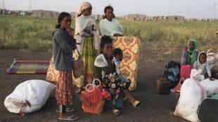 Des réfugiés éthiopiens rassemblés à Qadarif, dans l'est du soudan, le 15 novembre 2020.